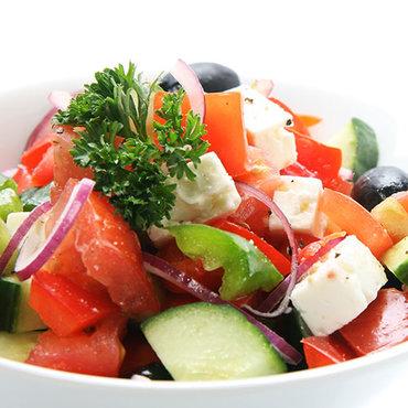 Foodtruck griekse salade, gezonde vegetarische en niet vegetarische gerechten met heel veel groenten
